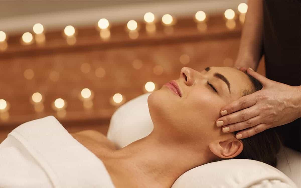 Kobieta relaksuje się podczas masażu. Nagrody dla pracownika gwarantujące mu odpoczynek są jednymi z najbardziej popularnych