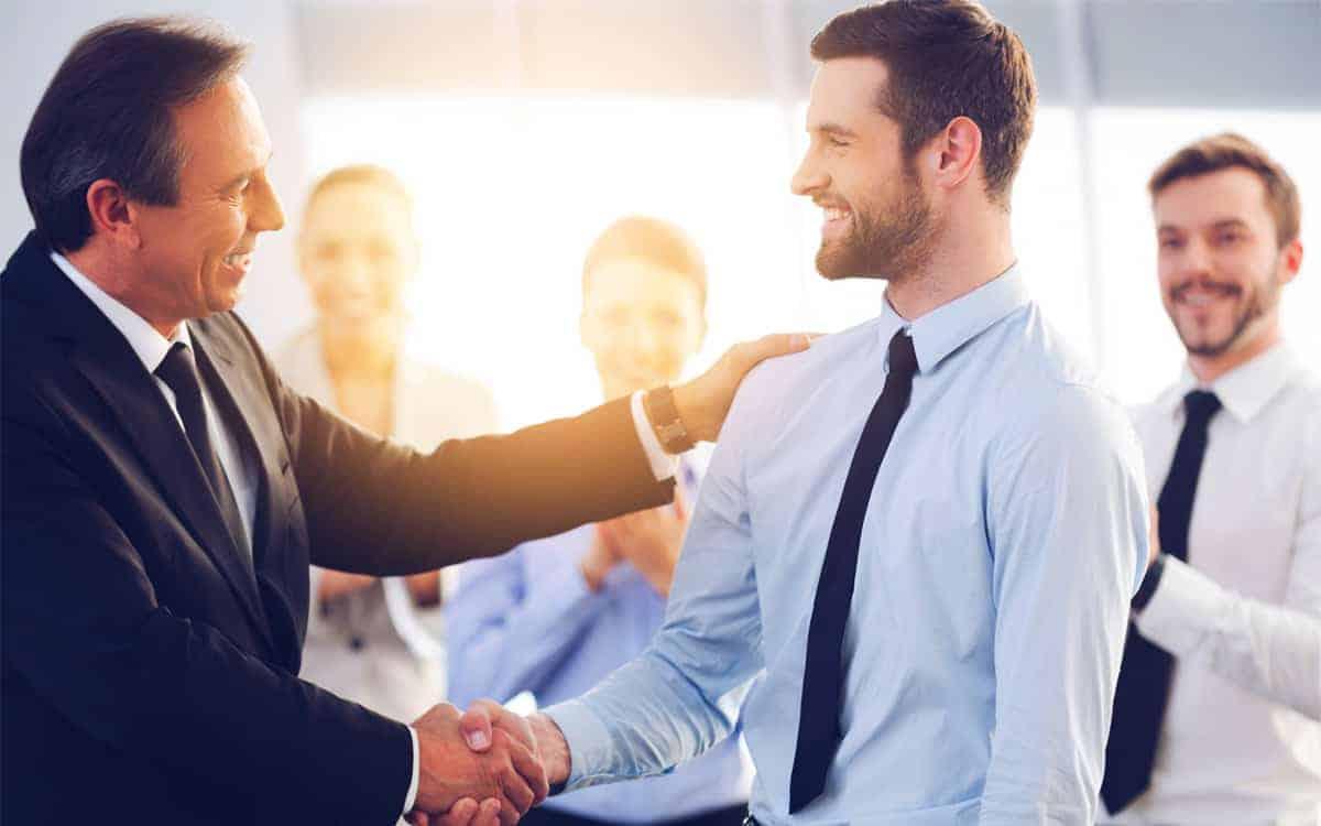 Szef gratuluje pracownikowi przyznanej mu nagrody dla pracownika
