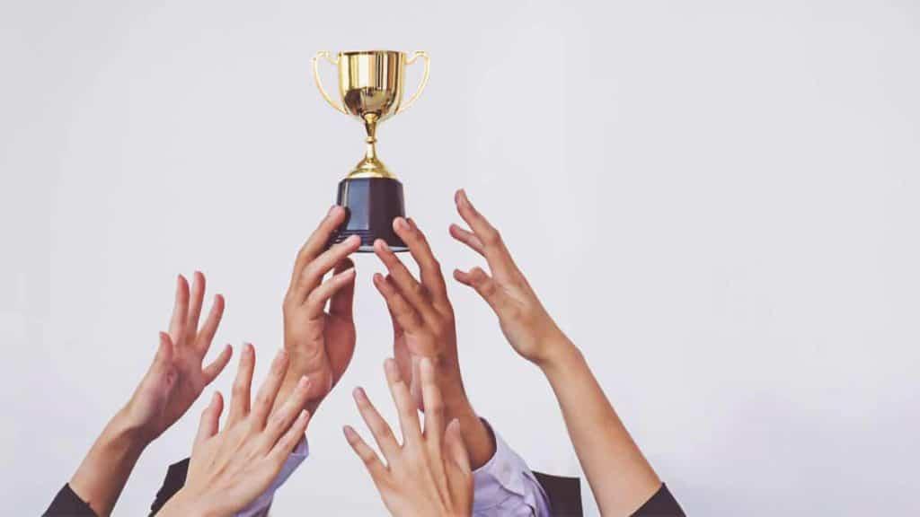 Pracownicy biorą udział w konkursie firmowym z nagrodami
