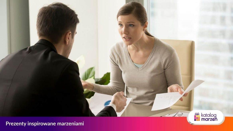 Kobieta klientka zgłasza reklamację usługi lub towaru do przedsiębiorcy