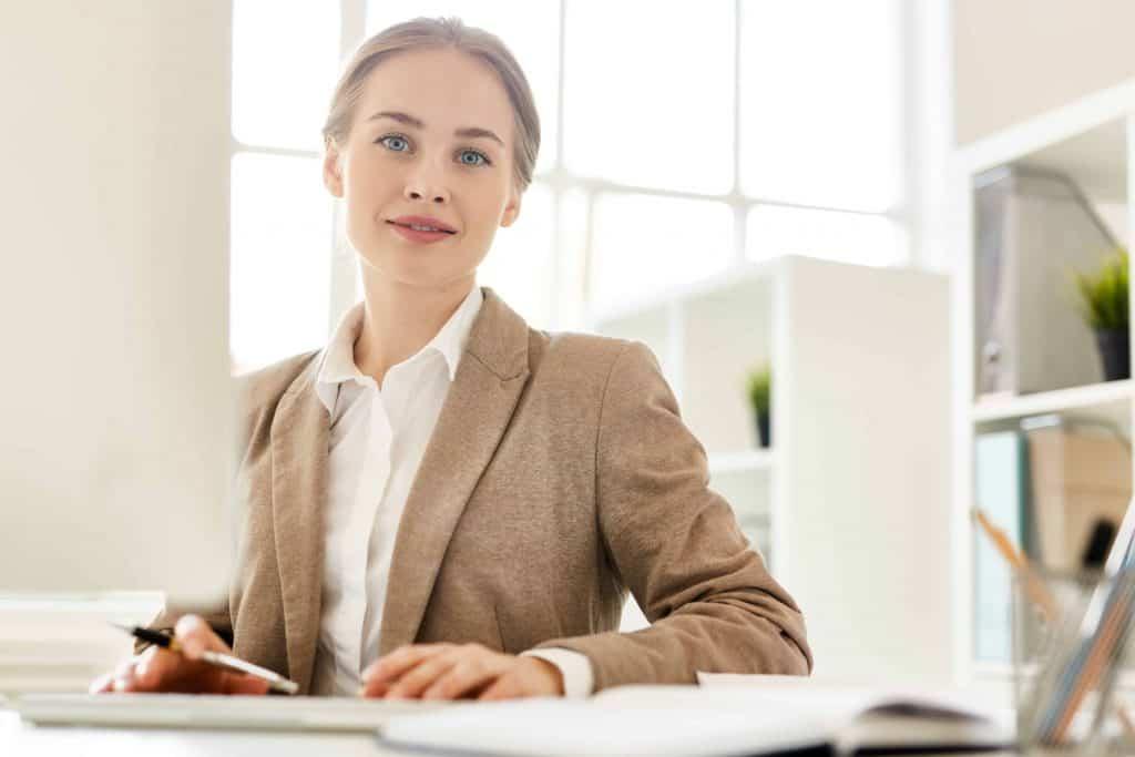 Kobieta prawnik udziela konsultacji w sprawie prezentów reklamacyjnych dla klientów