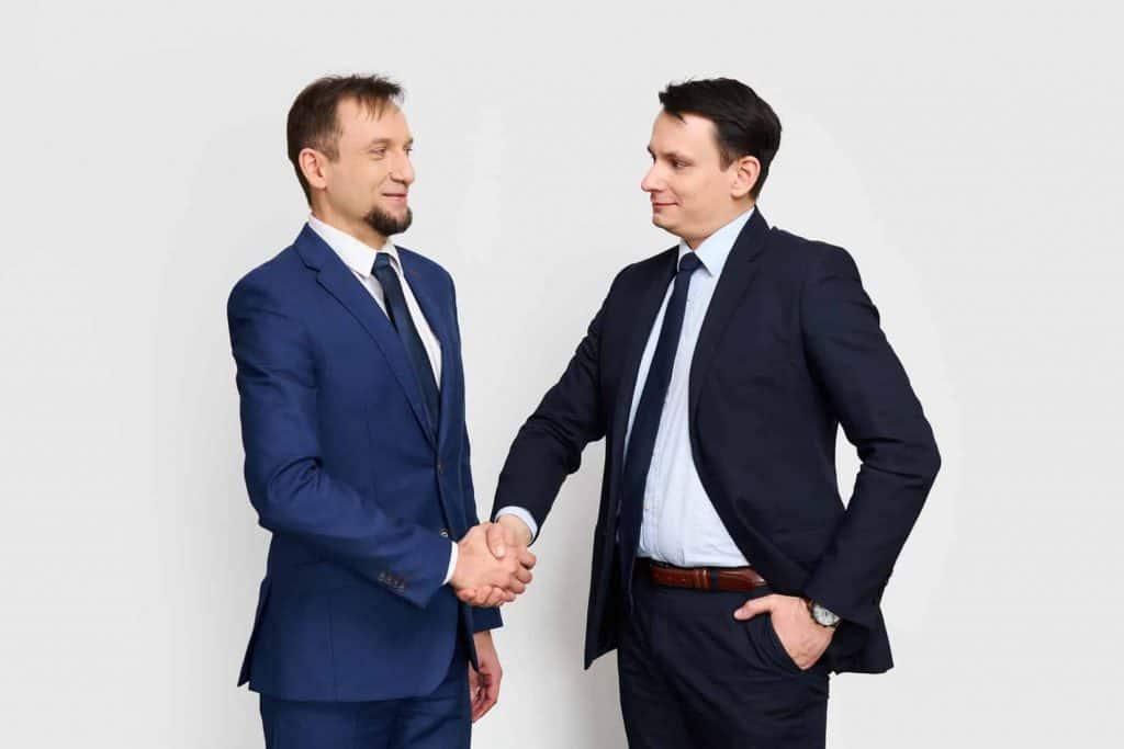 Mężczyźni wymieniają uścisk dłoni