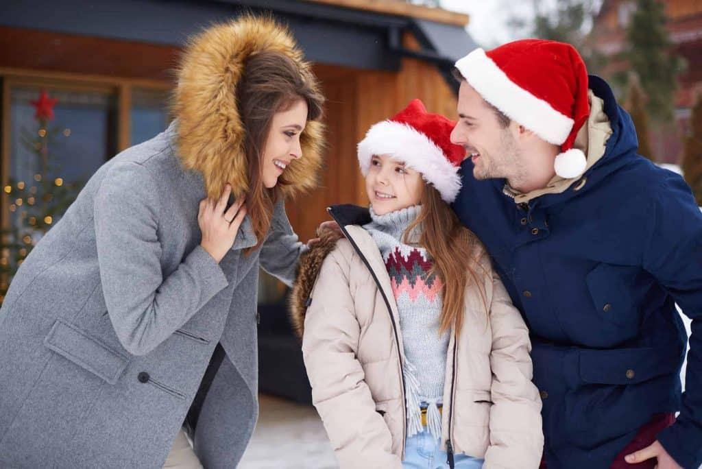 Rodzina idzie razem na świąteczny spacer