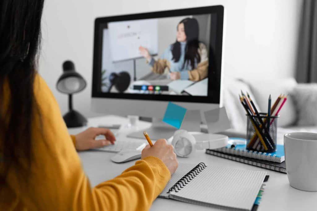 Obdarowana klientka kobieta realizuje voucher na otwarty kurs online