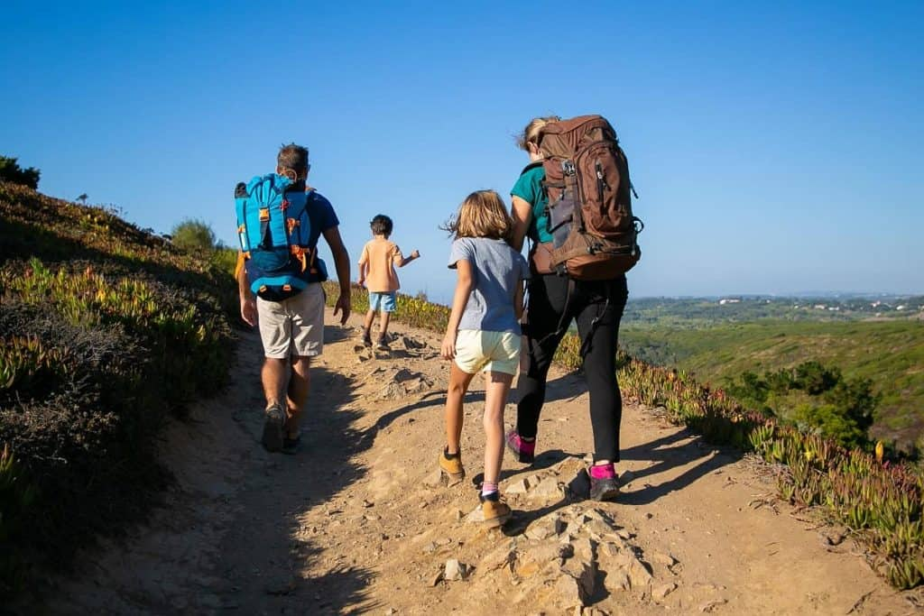 Rodzina podczas wycieczki w góry