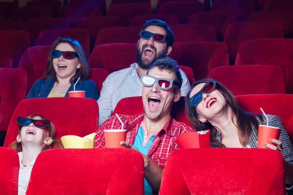 Rodzina odwiedza kino w ramach prezentu ze środków ZFŚS od pracodawcy